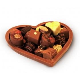 Schokoladenherz mit feinsten Pralinen gefüllt